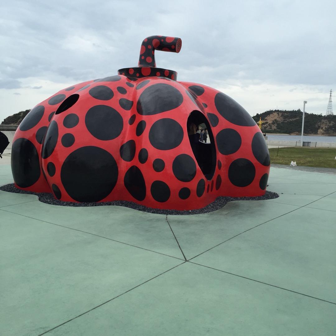 #赤いかぼちゃ  直島の有名なモニュメントの1つ、 赤いかぼちゃ🎃...