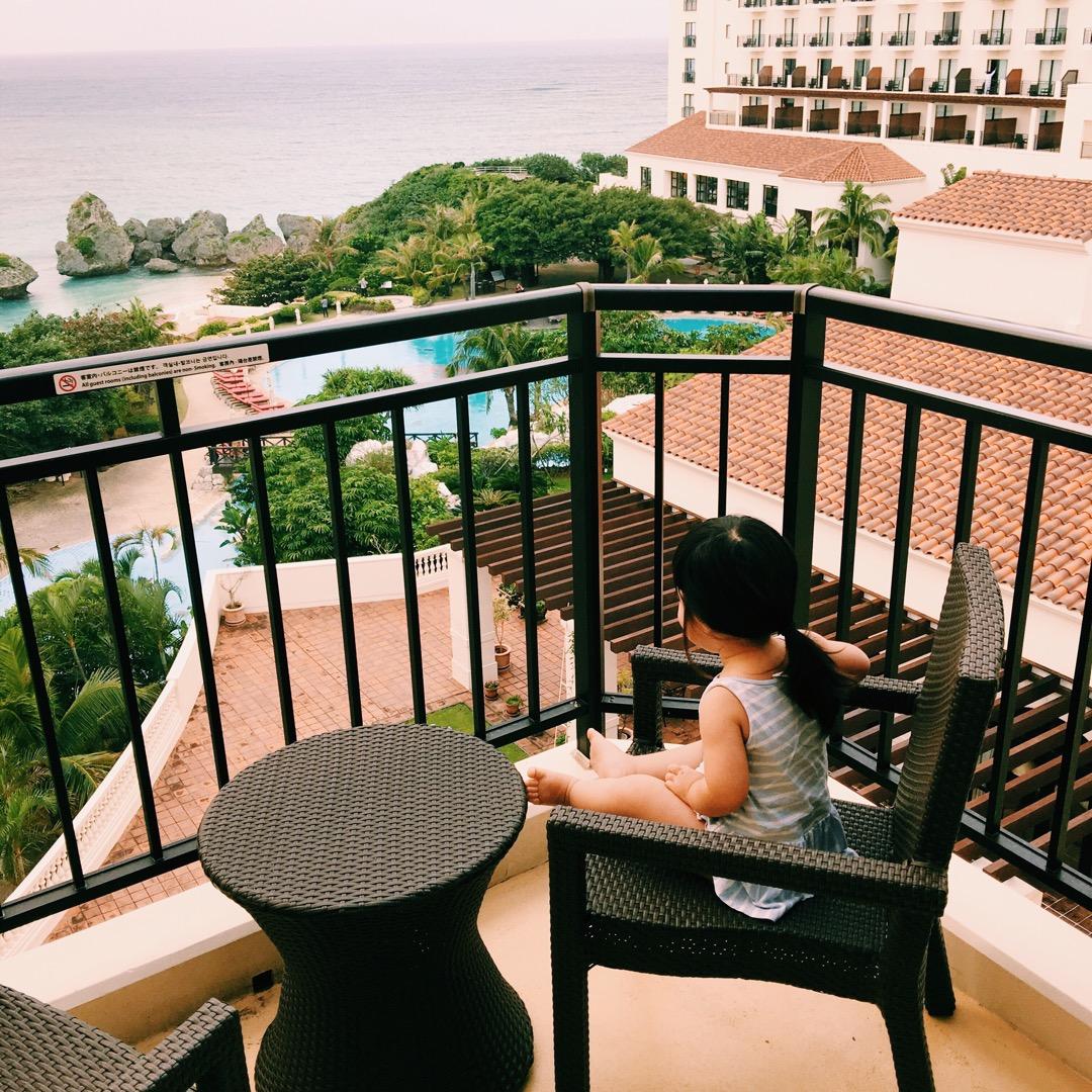 沖縄旅行二日目、朝起きてから外の海を見つめる娘。最高のホテルでした...