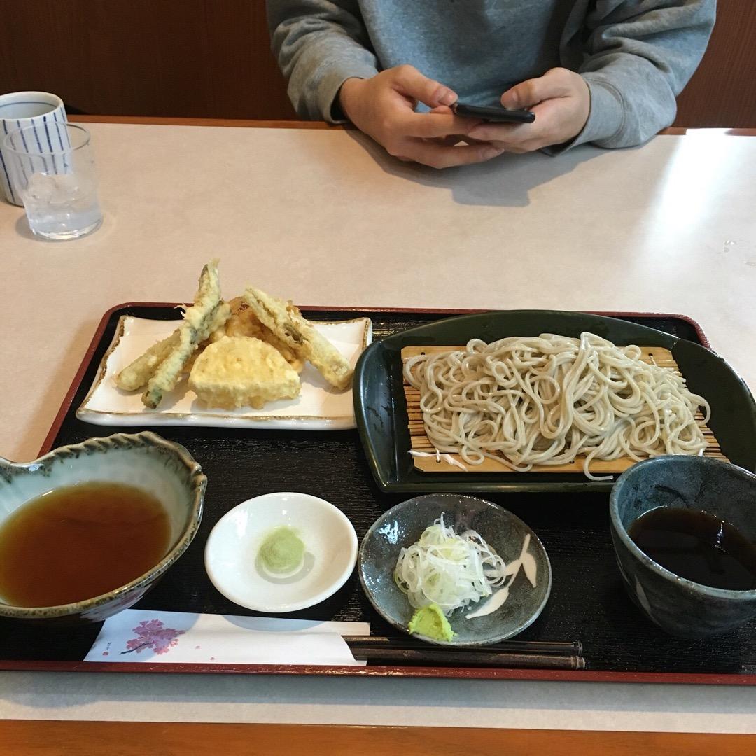 天ぷらもりそば。 平日でも地元の人でいっぱいです。 これは季節の天...