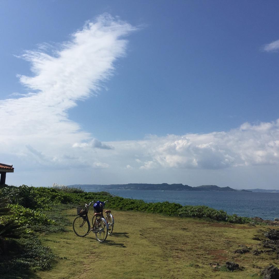 知念安座真港からフェリーで20分くらいのところにある久高島。自転車...