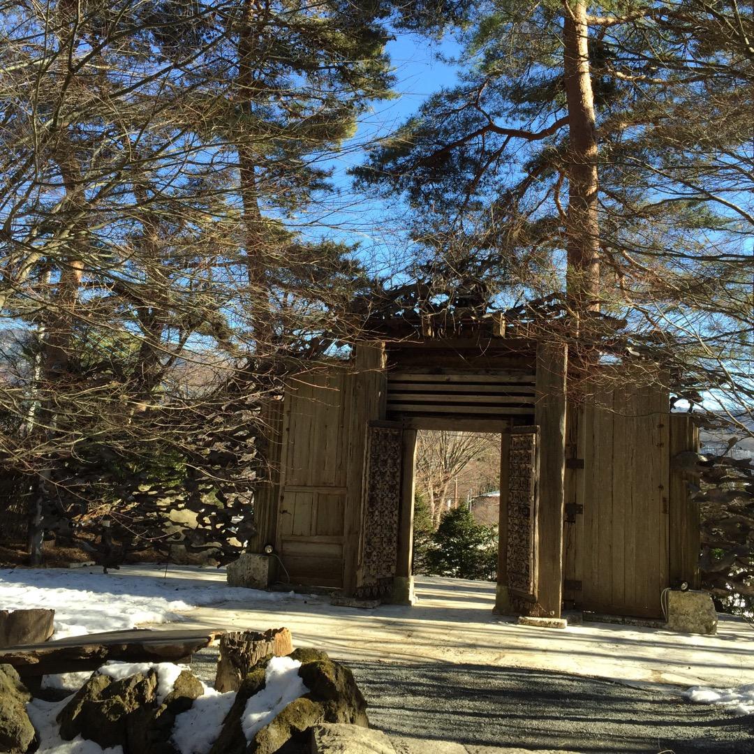 一竹辻ヶ花美術館の入り口の門を裏側から撮ってみました。とても重厚な...