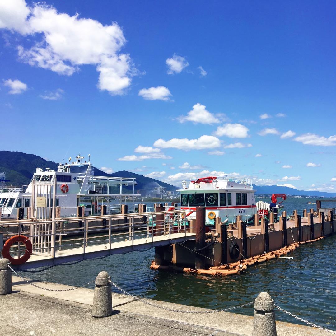 小型船用桟橋もあり、船を見て喜んでいる子供たちがいました! 釣りを...
