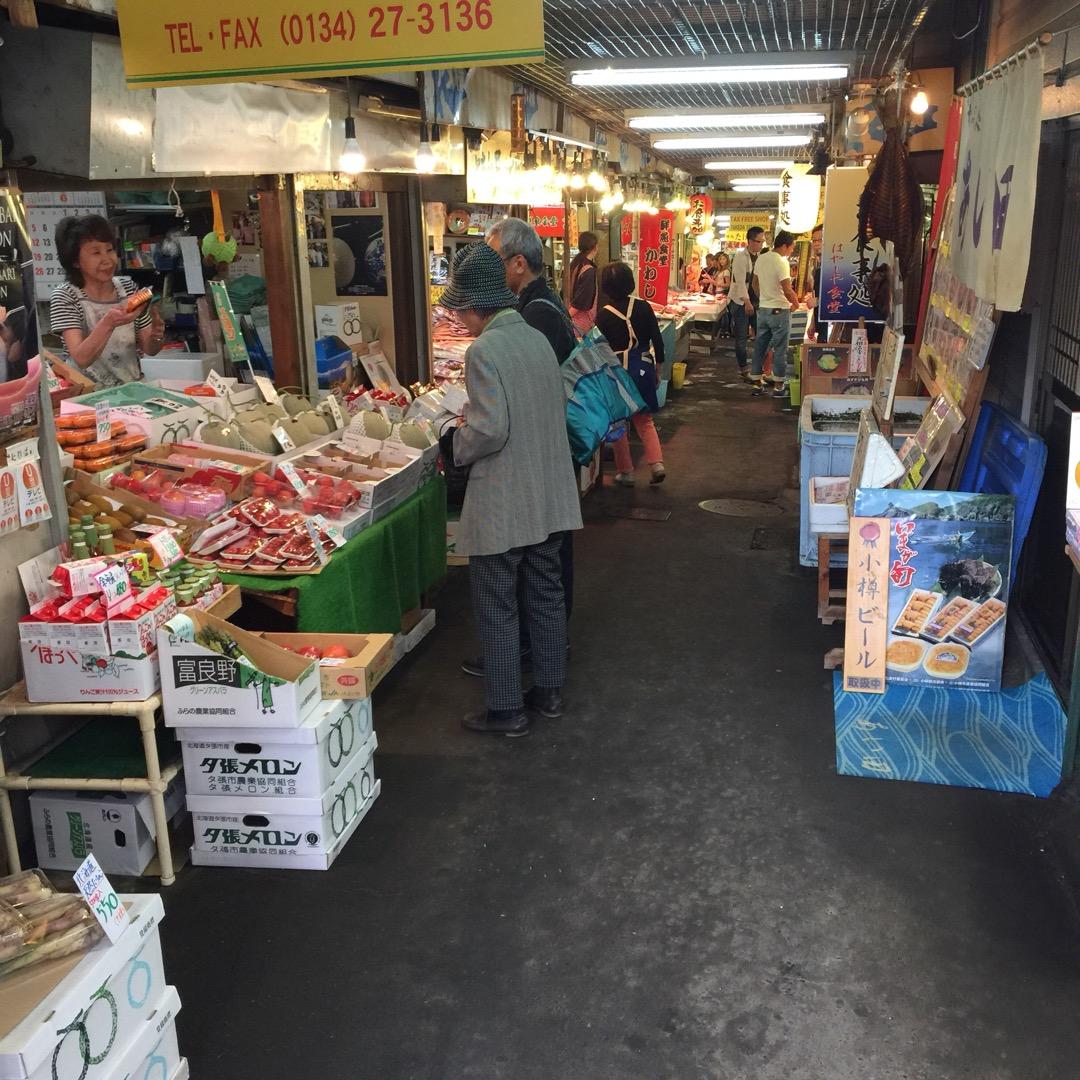 北海道、小樽市! 駅のすぐ近くにある、「三角市場」と呼ばれるところ...