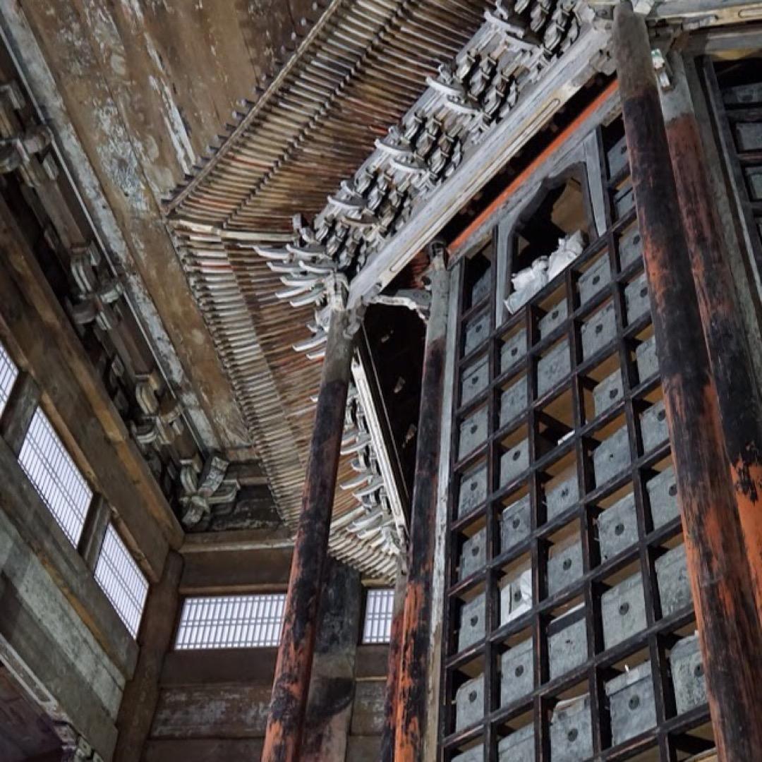 三井寺は国宝、重要文化財の宝庫。特に一切経蔵は大きな八角の回転式の...