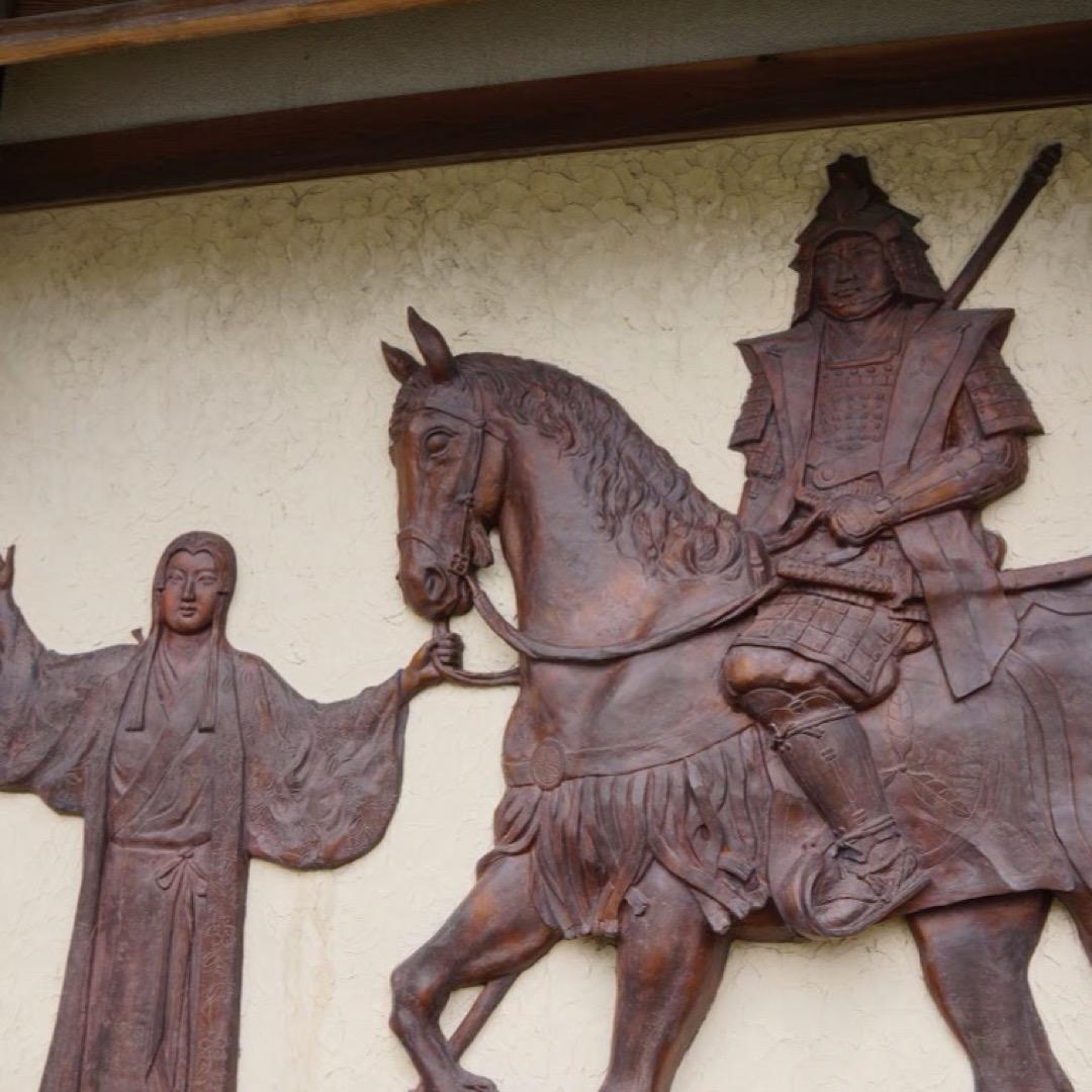 静岡銀行掛川支店は日本家屋のようなユニークな造りです。壁には掛川城...