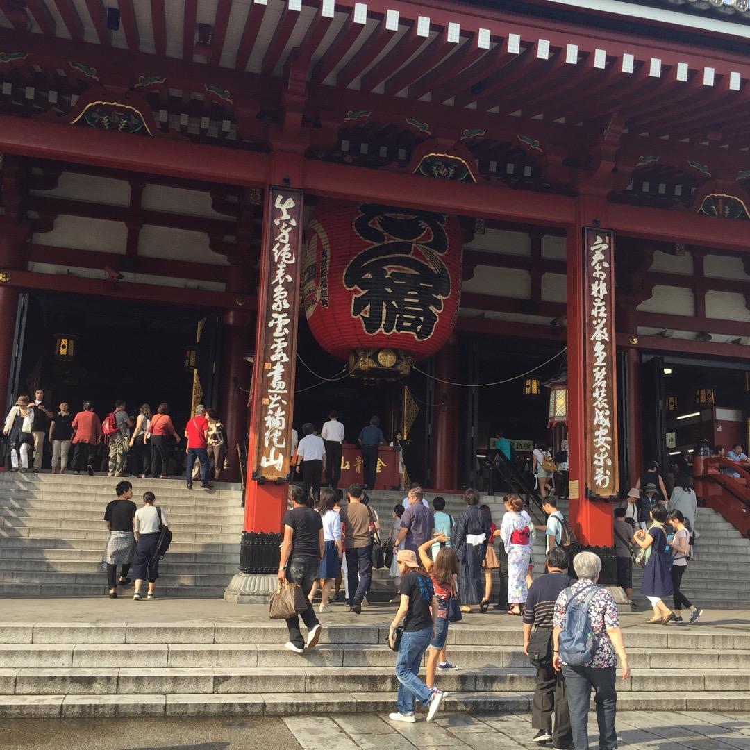 東京観光の定番スポット こちらの参拝の場所にたどり着くまでに雷門通...