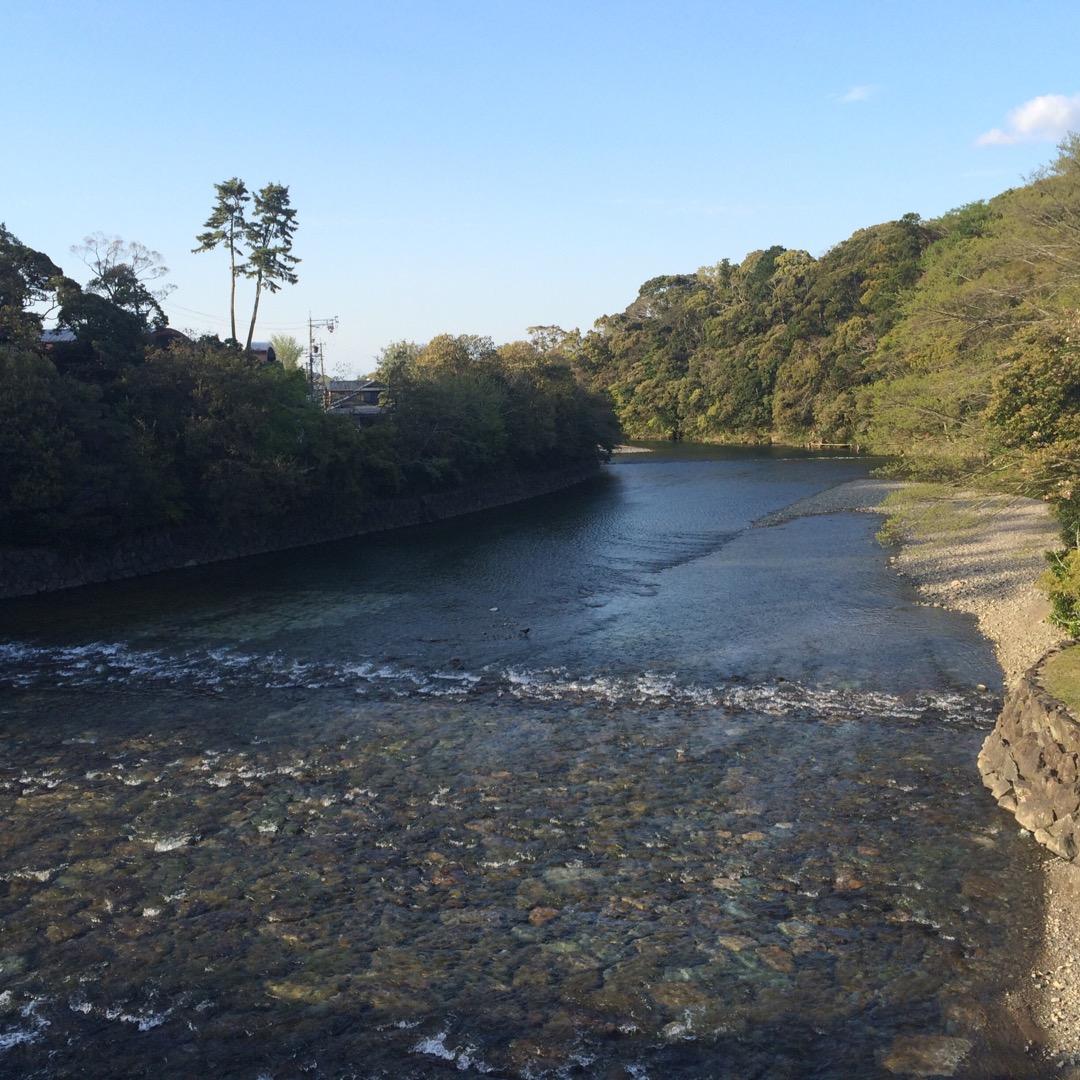 伊勢神宮の内宮にある宇治橋からの景色です。 川の水が澄んでいてとて...