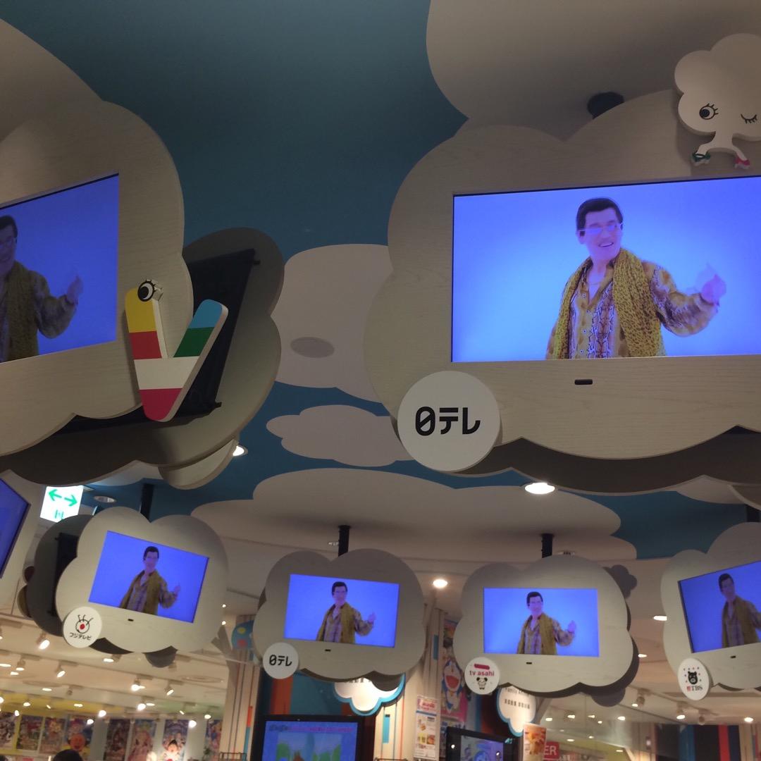 ピコ太郎カフェが大盛況でした。カフェ正面のテレビショップのモニター...