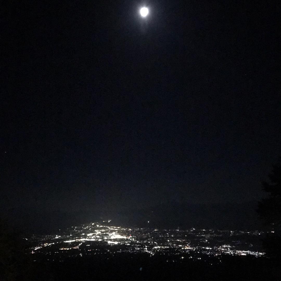 こちらは高嶺高原ホテルから見た夜の景色。上空には月も見えますね。写...