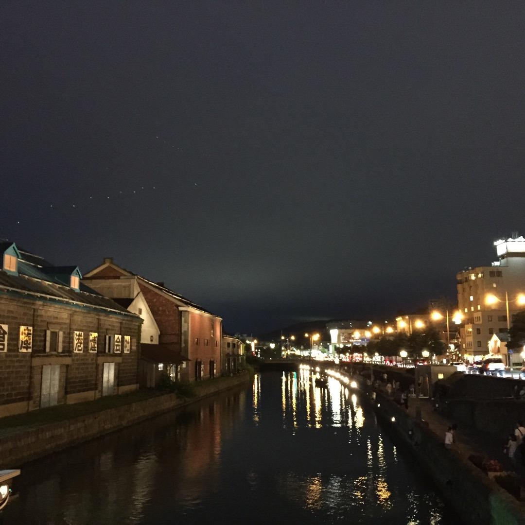 夜の小樽運河をお散歩♫ 昼間は観光する人や家族連れで賑わっているけ...