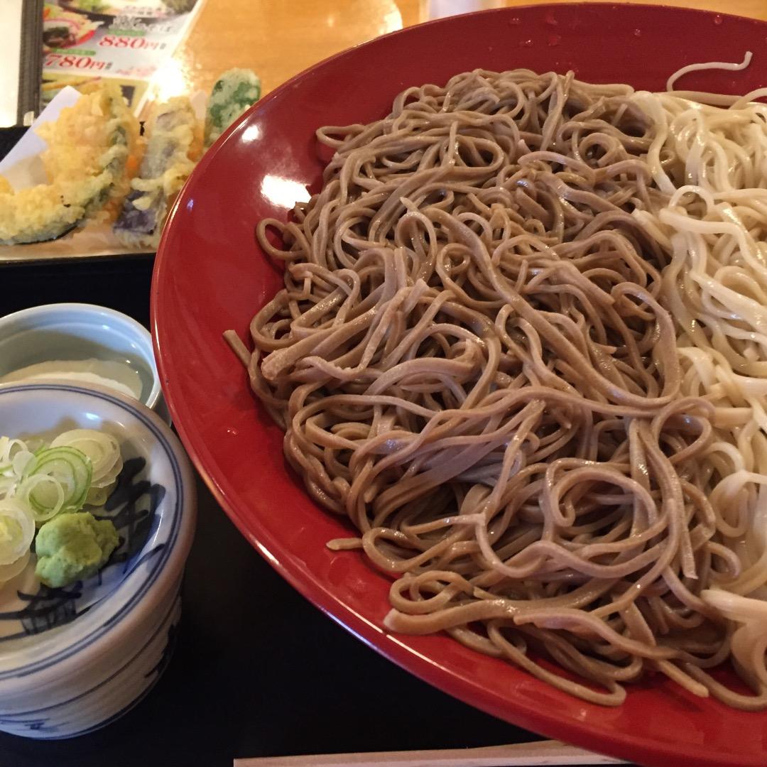 更科そばと韃靼そばと田舎そば3種類が食べれるます。これは天ぷら付き...