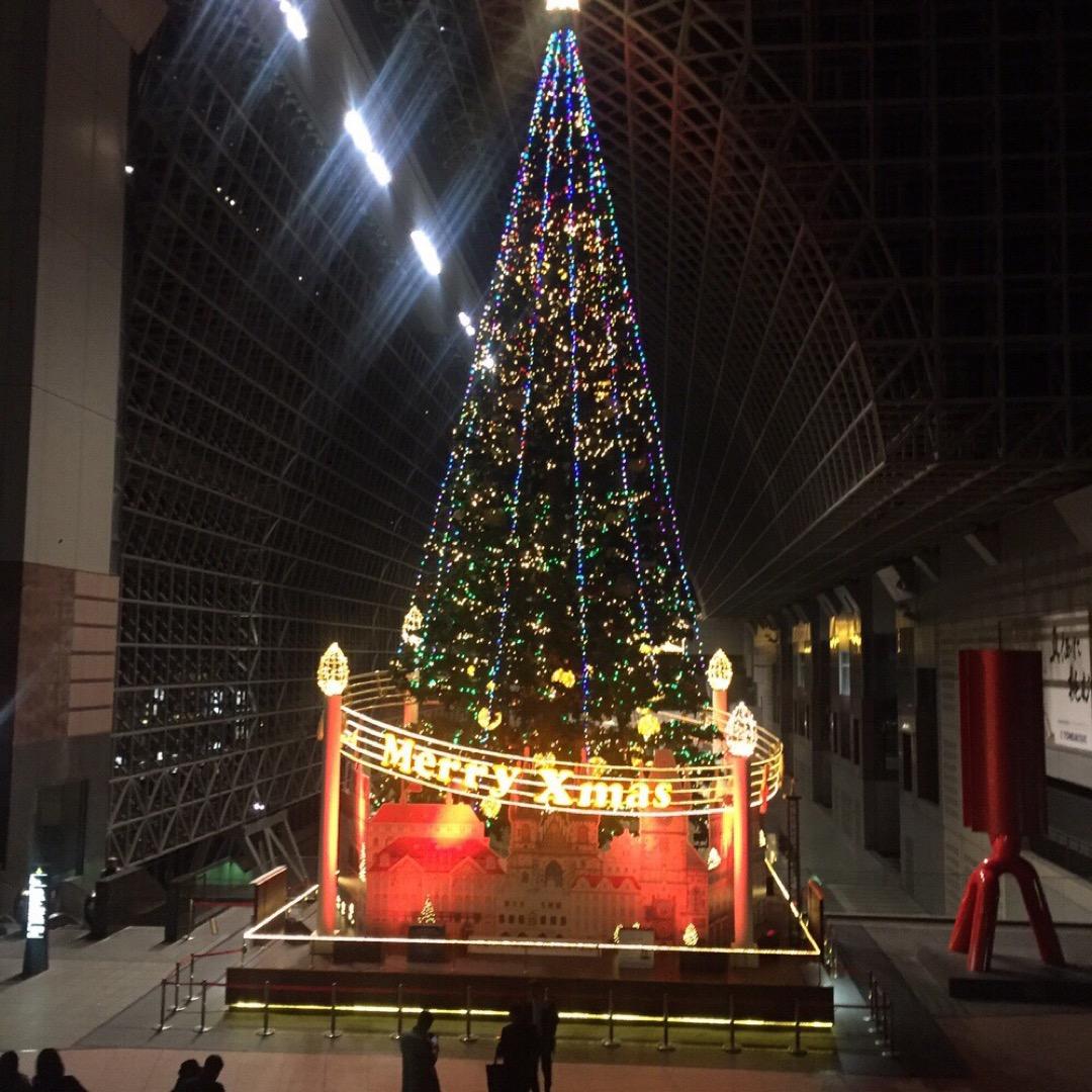 毎年飾られる京都駅のクリスマスツリーです。音楽に合わせてきらきら光...
