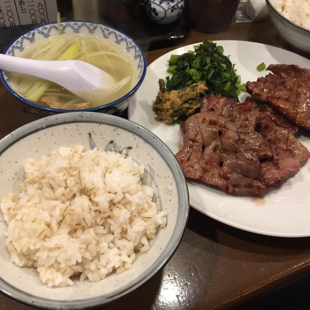 B定食1900円也。牛タン4枚とテールスープ、麦飯。ちょこっとお野...