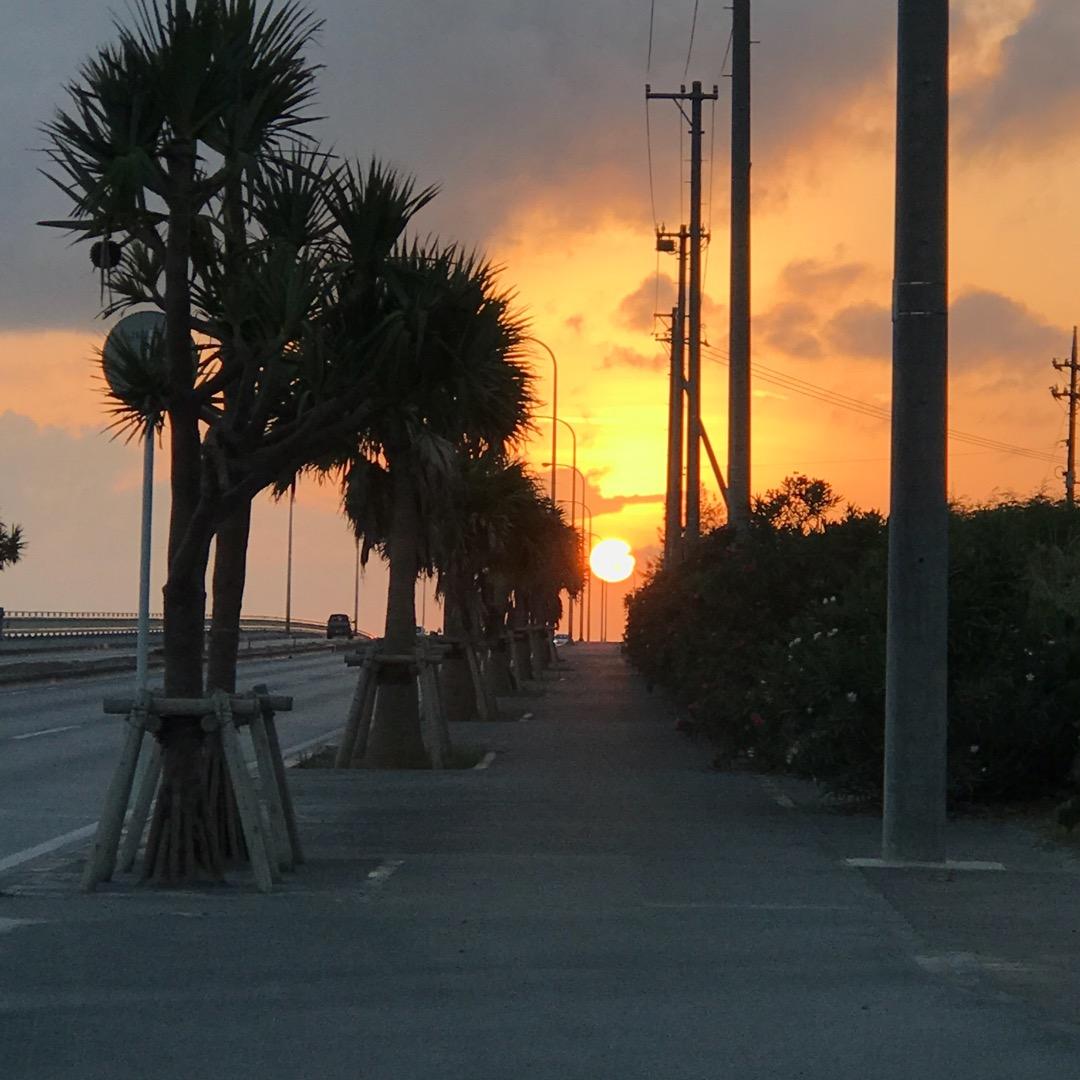 古宇利島からの帰り道で、めちゃくちゃ夕日が綺麗でした🌅 普通の海沿...