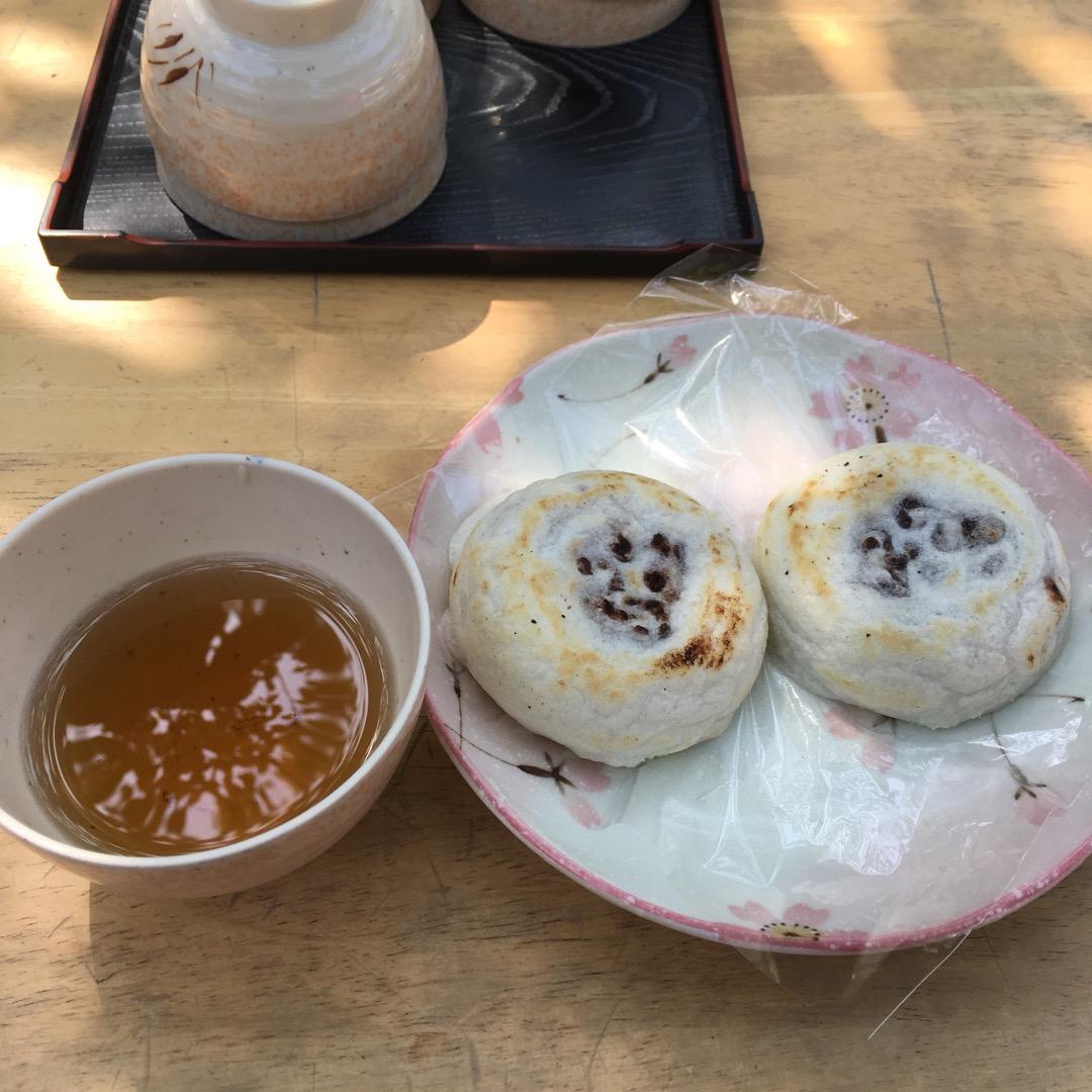 太宰府に来たら梅ヶ枝餅です。境内の奥の方に茶屋が何軒かありますが、...