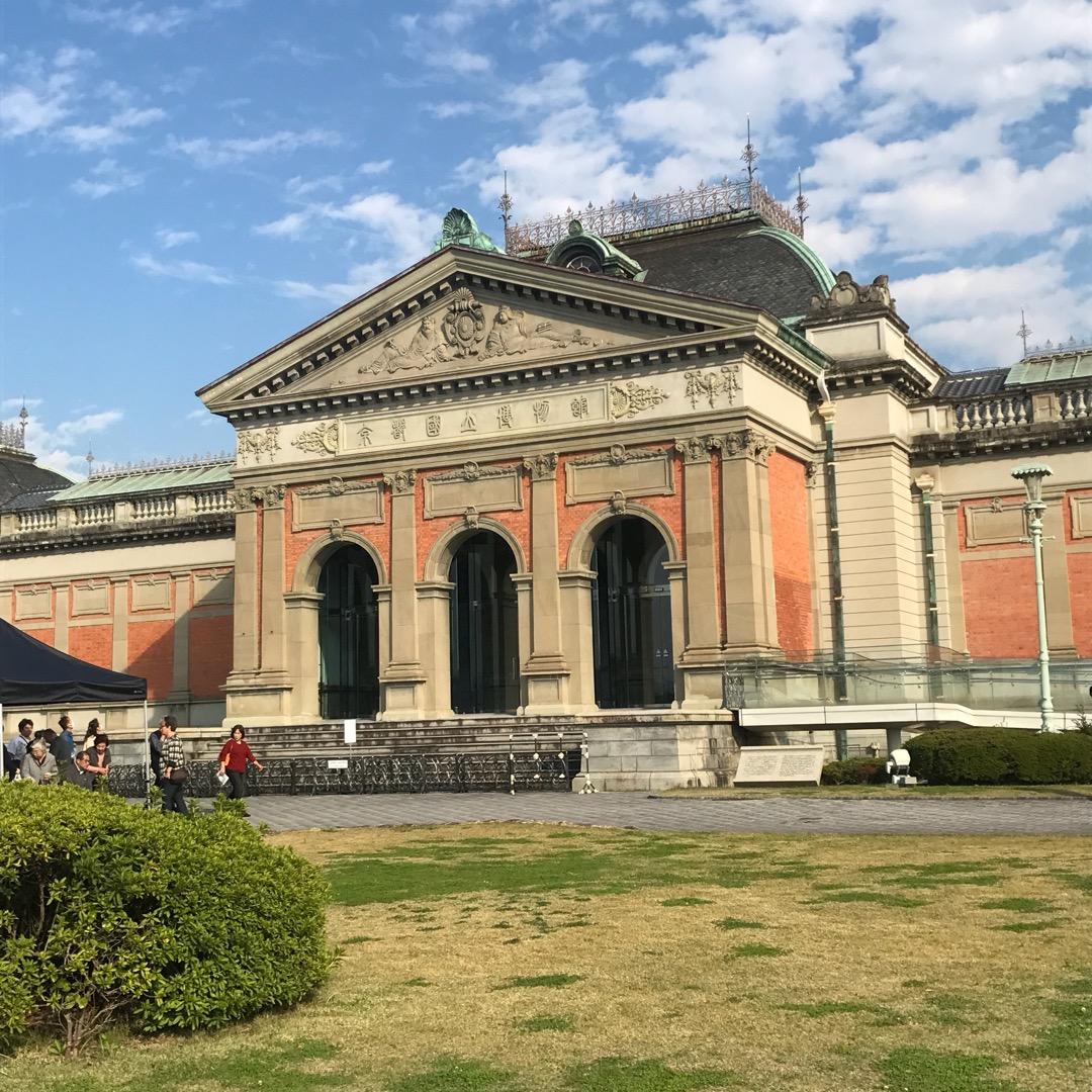 京都の国宝や重要文化財が多数展示されている京都国立博物館。秋には各...