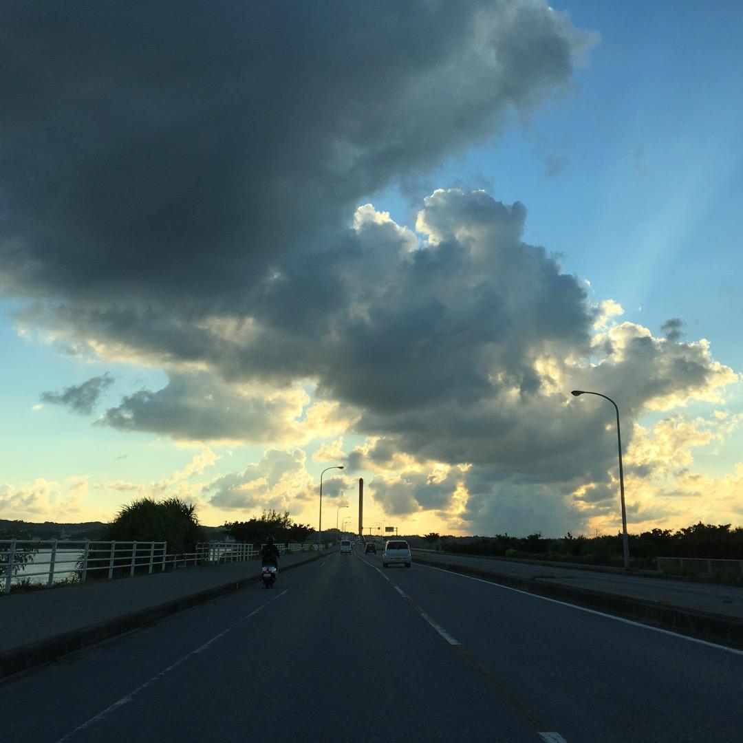 海中道路は海の上に道路があるので、左右どちらの景色も海が見えます。...