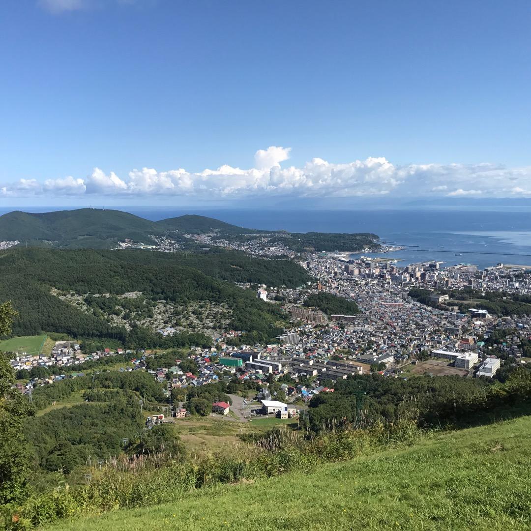 北海道小樽市にある天狗山展望台からの眺めです。港から小樽市街地まで...