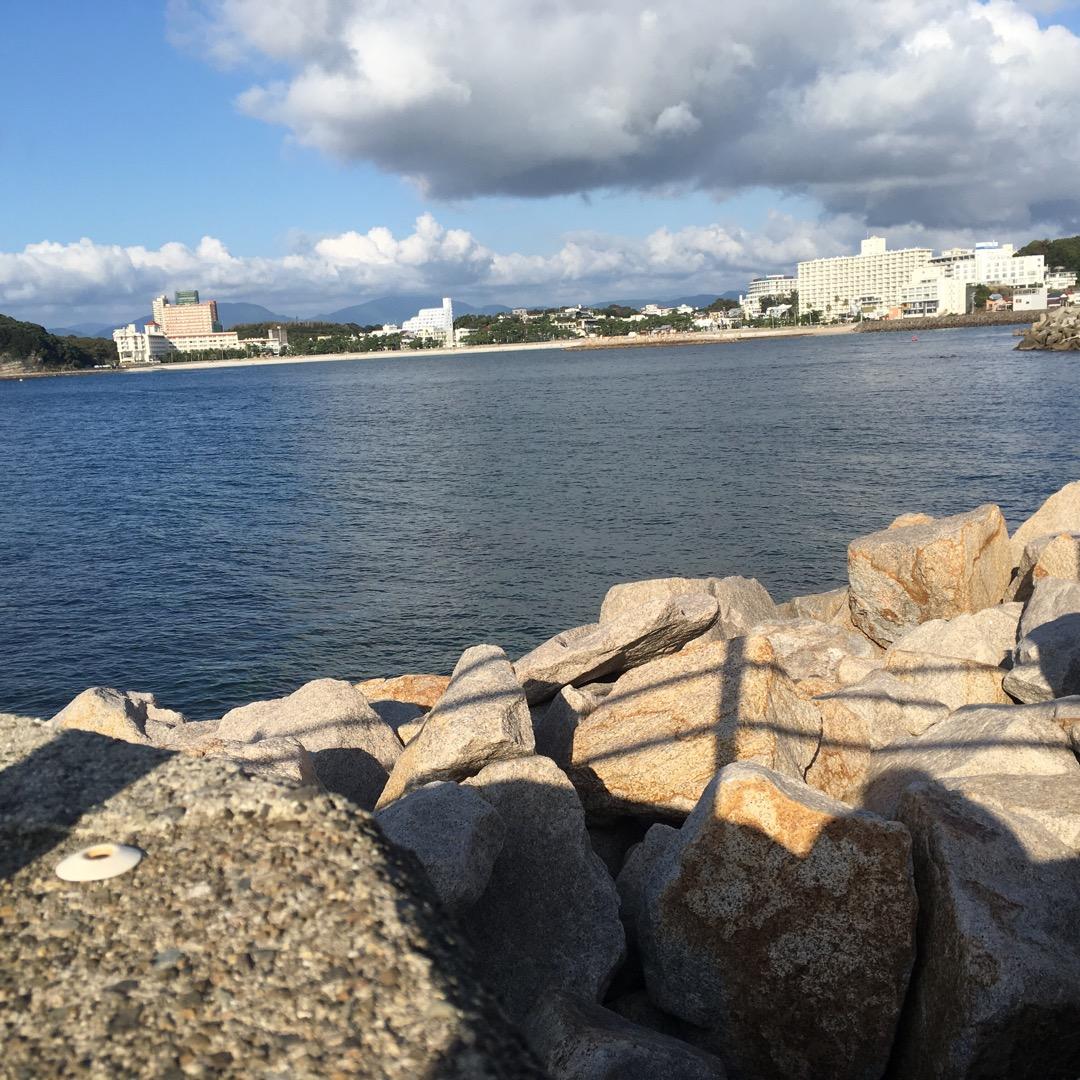 白浜海岸を写真に収めてみました。 昨日も暑かったせいか泳いでいる人...