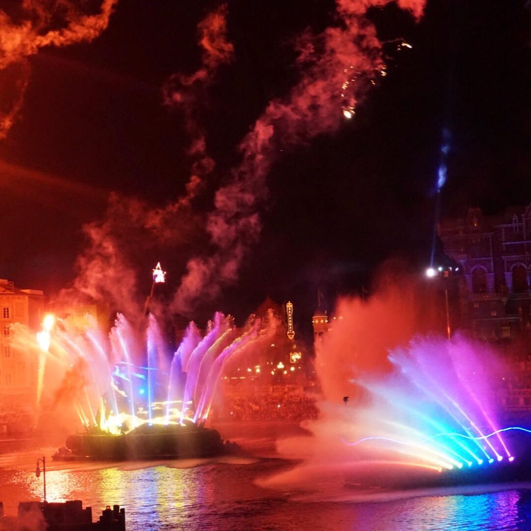 光と噴水がきれいなディズニーシーのナイトショーです! ストーリー性...