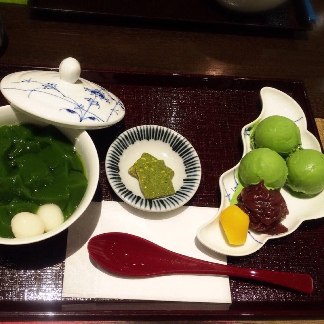 生茶ゼリィは、別皿のトッピングになっている抹茶アイスなどを、生茶ゼ...