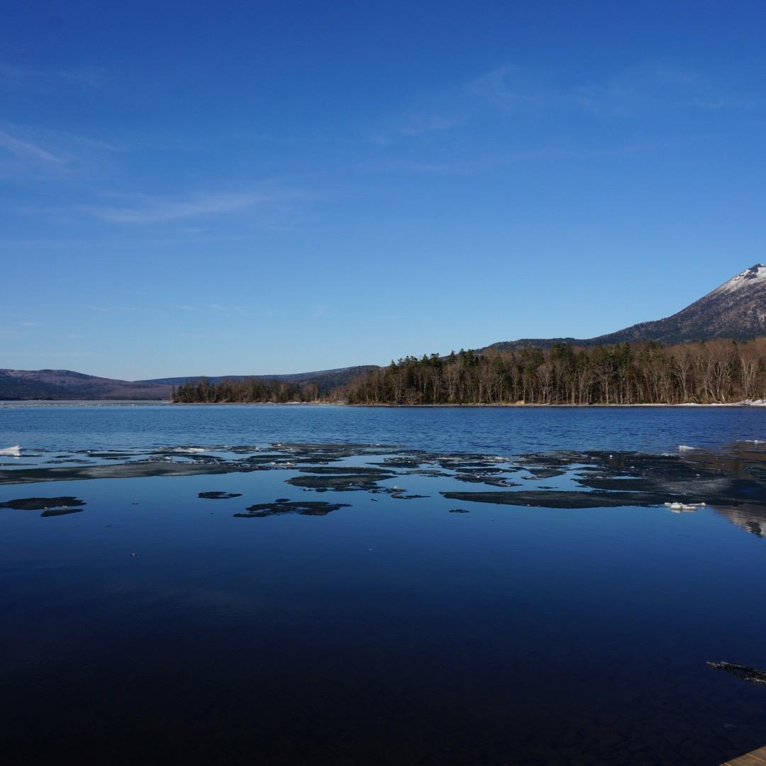 阿寒湖。まだ氷が残る湖と、湖面に映る山が綺麗。北海道は絶景が多くて...