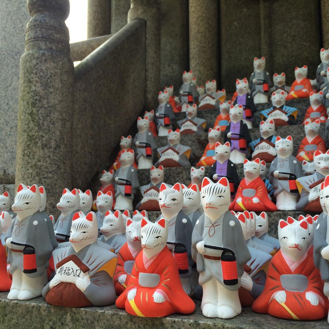 伏見稲荷大社と言えば千本鳥居。 ですが、お社いっぱいにお狐様が並ぶ...