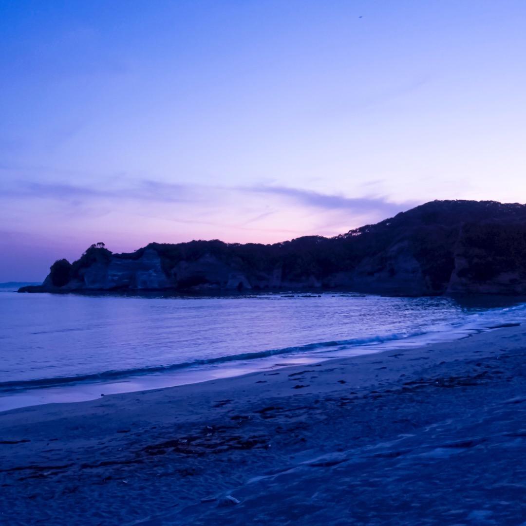【鵜原理想郷】 漁村らしい細い道を歩くと突然現れた海岸。 夕日が落...
