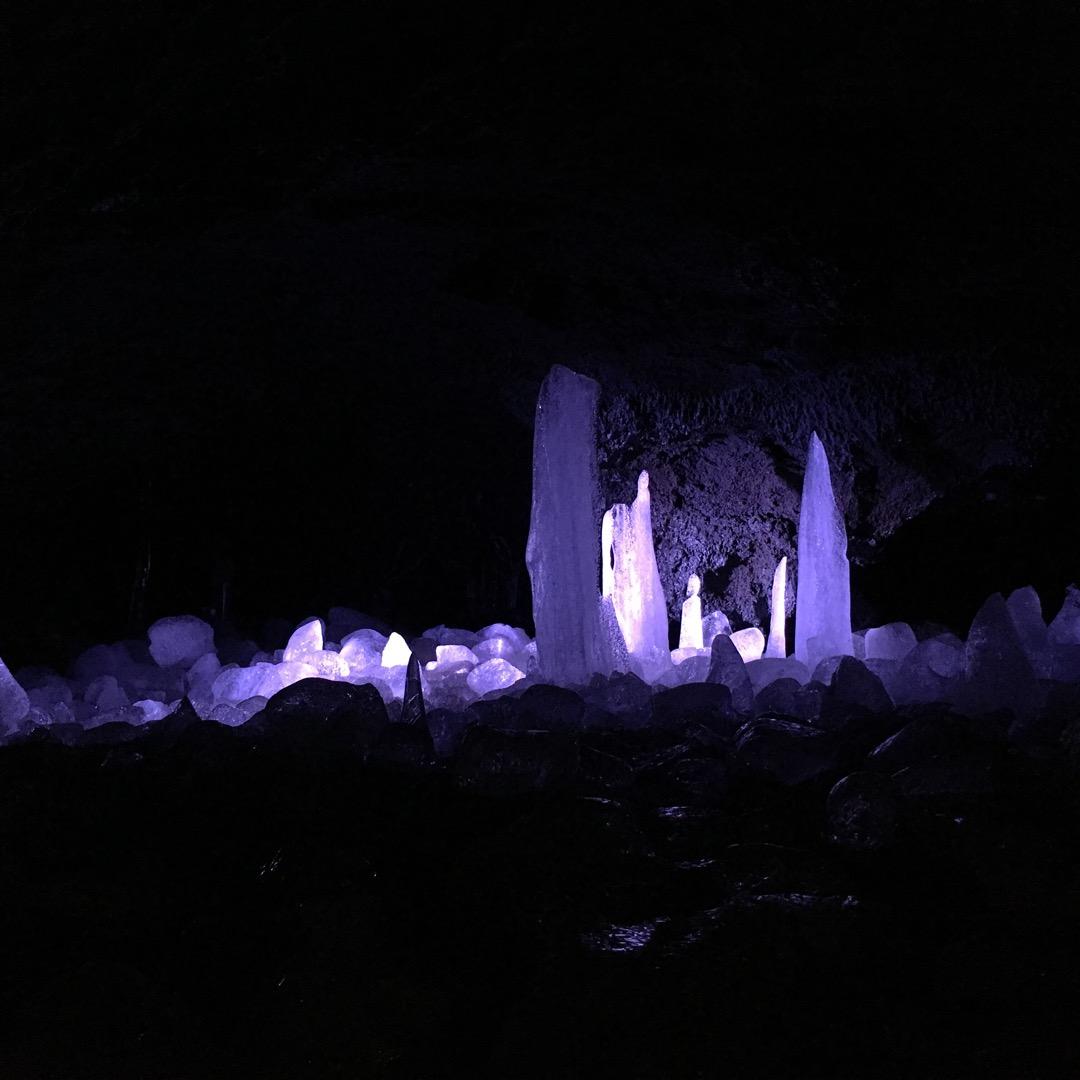 山梨の鳴沢氷結の氷🎵洞窟内はかなり寒くて、半袖だと凍えちゃいます。...