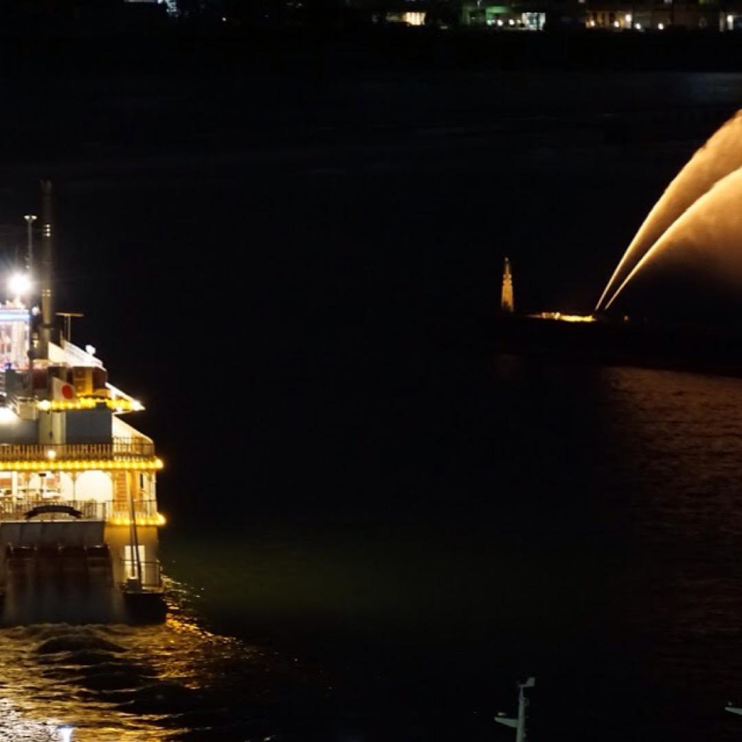 大津港沖合の「びわこ花噴水」は特にライトアップされる夜がきれいです...