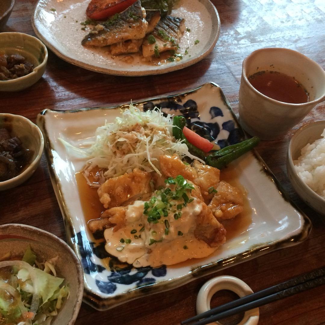 #mokumoku でランチ。今日のランチはチキン南蛮。サラダやス...