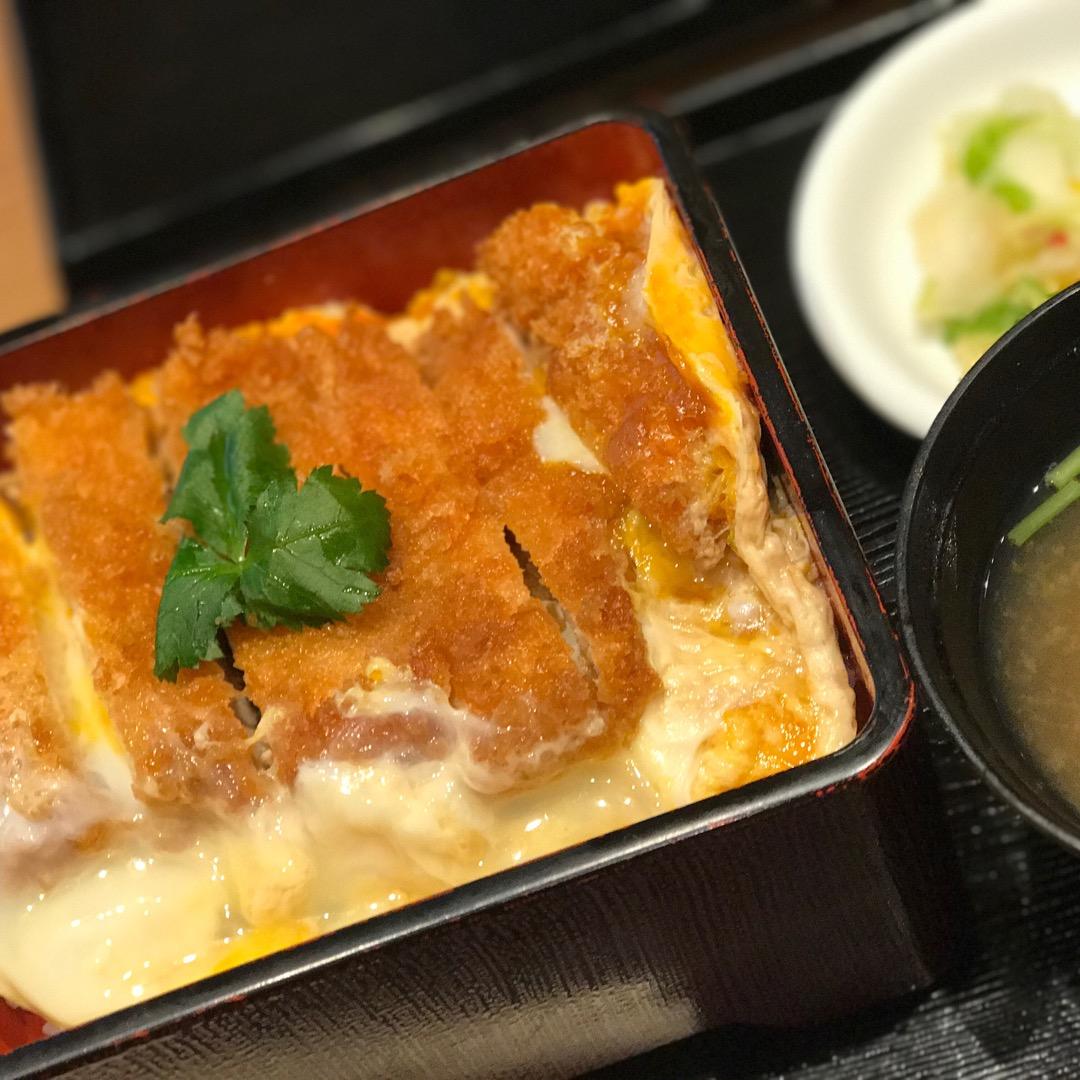 西葛西駅にある【鶏千】の鶏カツ重🐓 唐揚げや親子丼を推してるみたい...