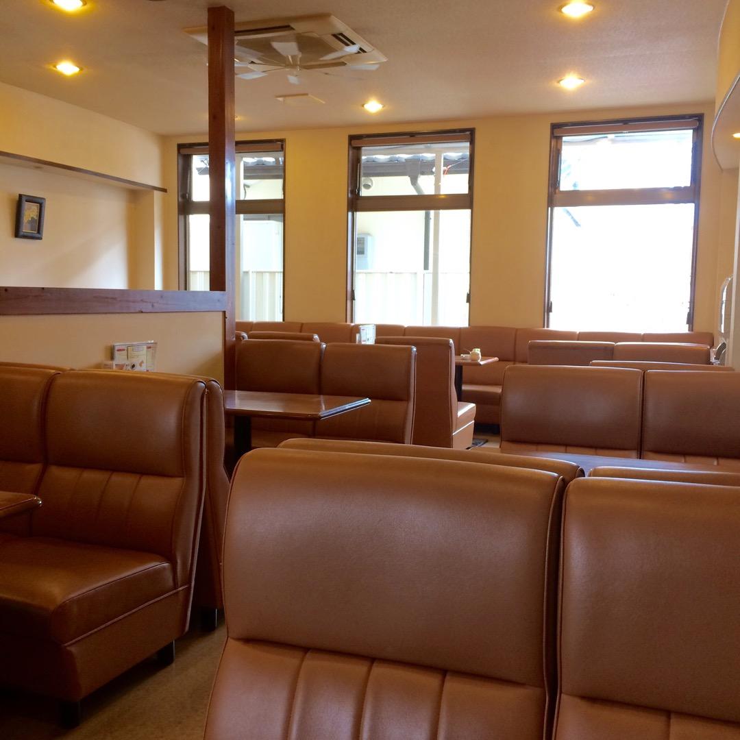 街の人の憩いの場所的な喫茶店。ソファーが座り心地いい。  #トゥル...
