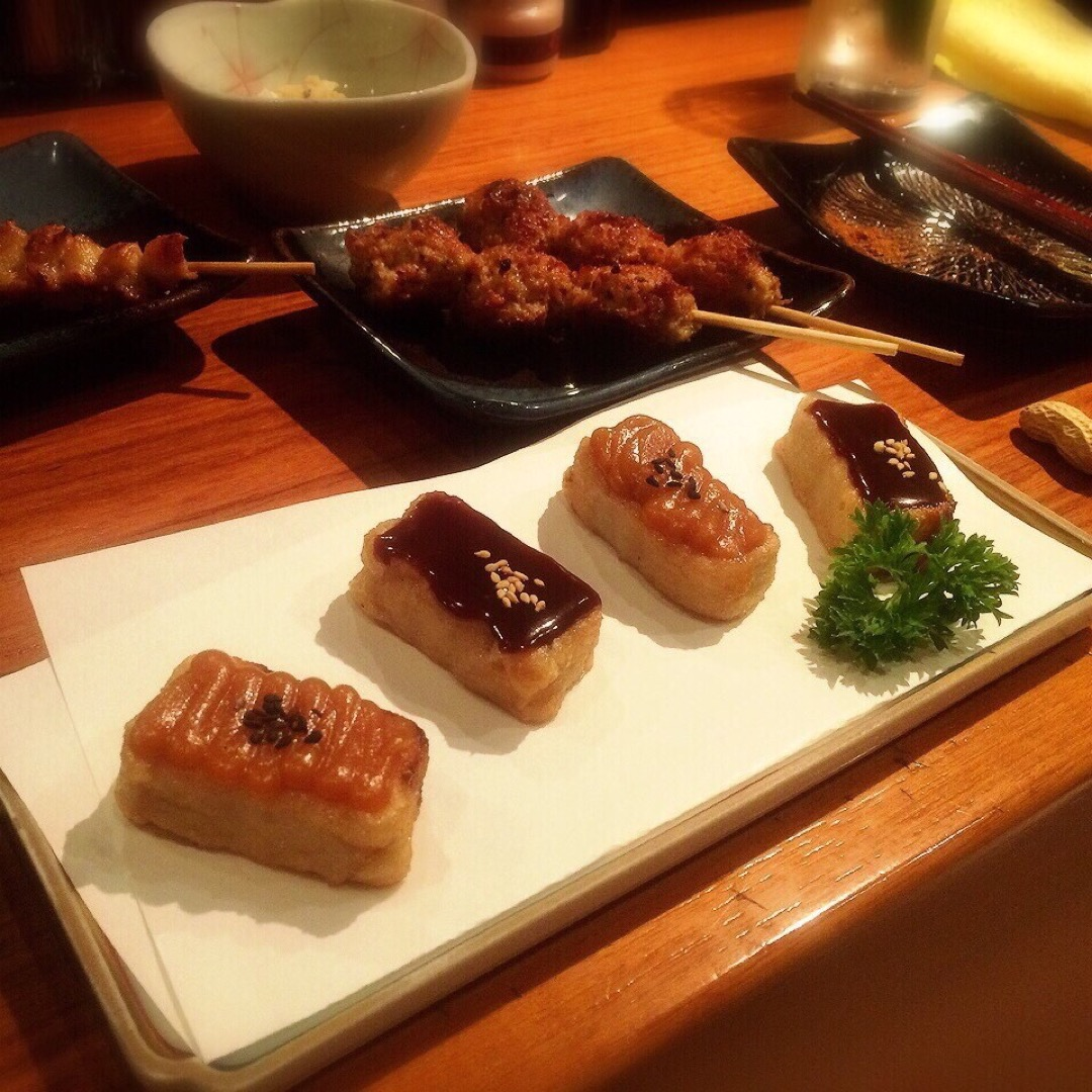 京赤地鶏の専門店ということで、京都らしい和の雰囲気の店構えに、お料...
