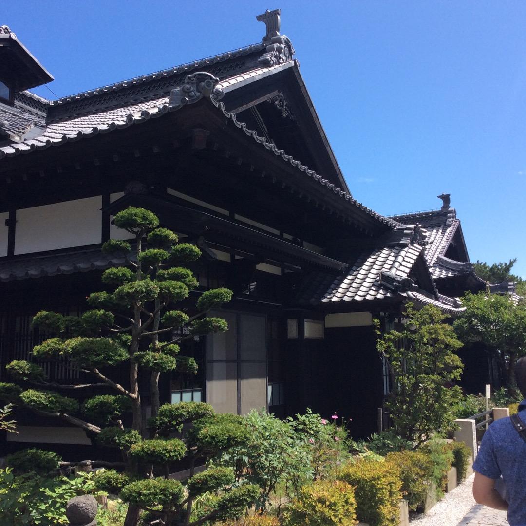 青山別邸です。中は撮影禁止だけれども、いかに昔の豪商がすごいかと思...