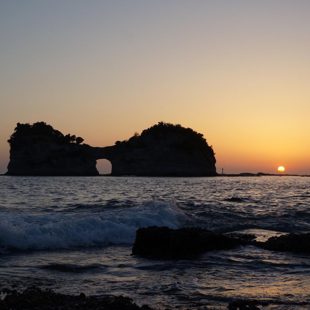 夕日と円月島のシルエットが綺麗✨  #円月島#夕日スポット#海#見...