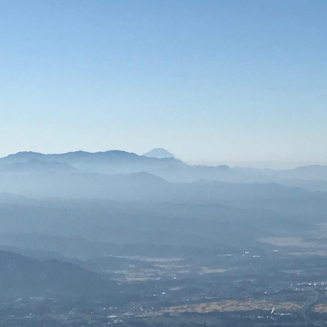 しっかり目を凝らすと富士山も顔を覗かせています。長野からも見えるな...