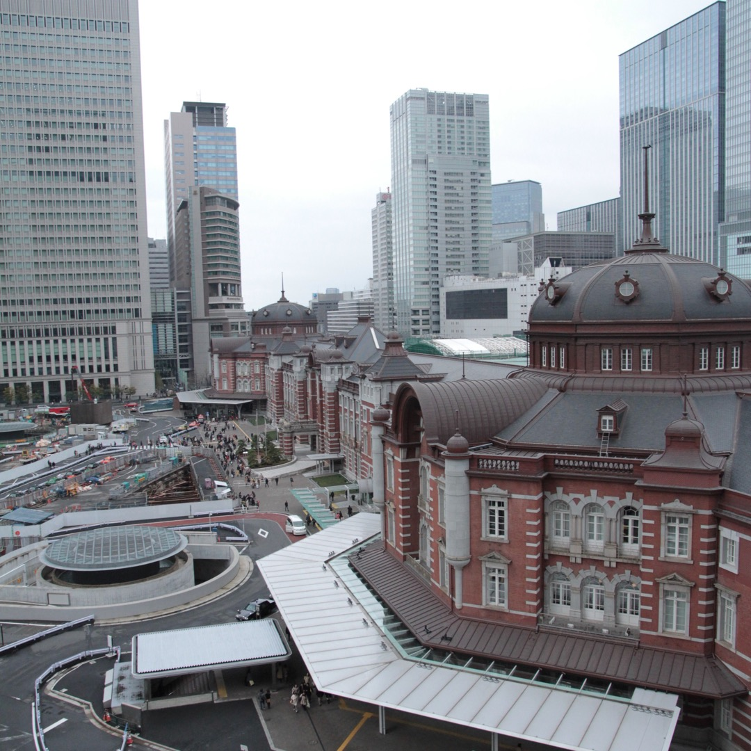KITTEの屋上からは東京駅の丸の内側が一望できます。 ベンチもあ...