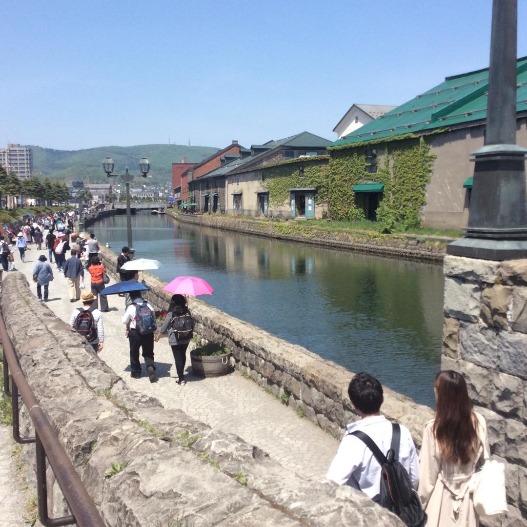 小樽の大定番、運河はぜひこの写真の先の方まで行って見てほしい!道路...