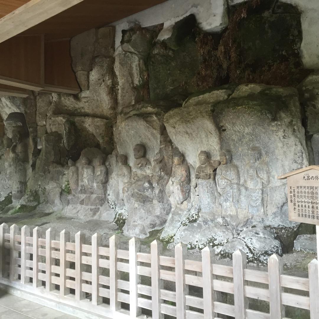 大分県臼杵市にある国宝にも指定されている臼杵石仏です。岩壁を彫って...