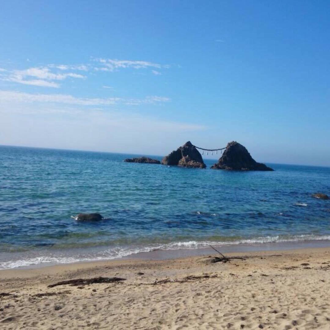 #糸島 夫婦岩♡ 綺麗な海の奥に夫婦岩。 なんだか素敵ですよね♡ ...