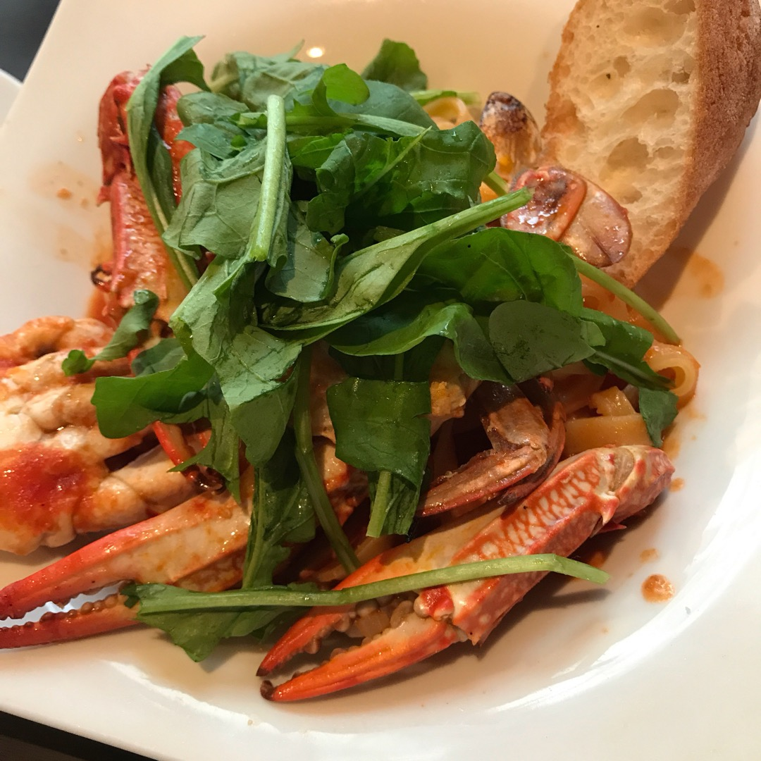 新橋でランチ。生パスタが美味しい。蟹は食べづらかったけど、満足です...