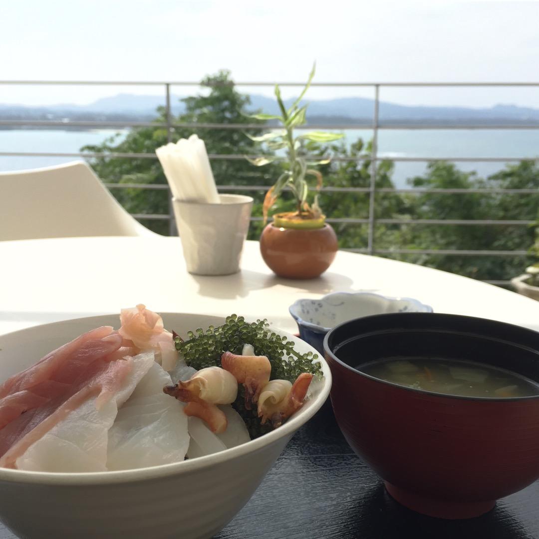 本島と古宇利島大橋、海を贅沢にも独り占めできるカフェ。テラス席が人...