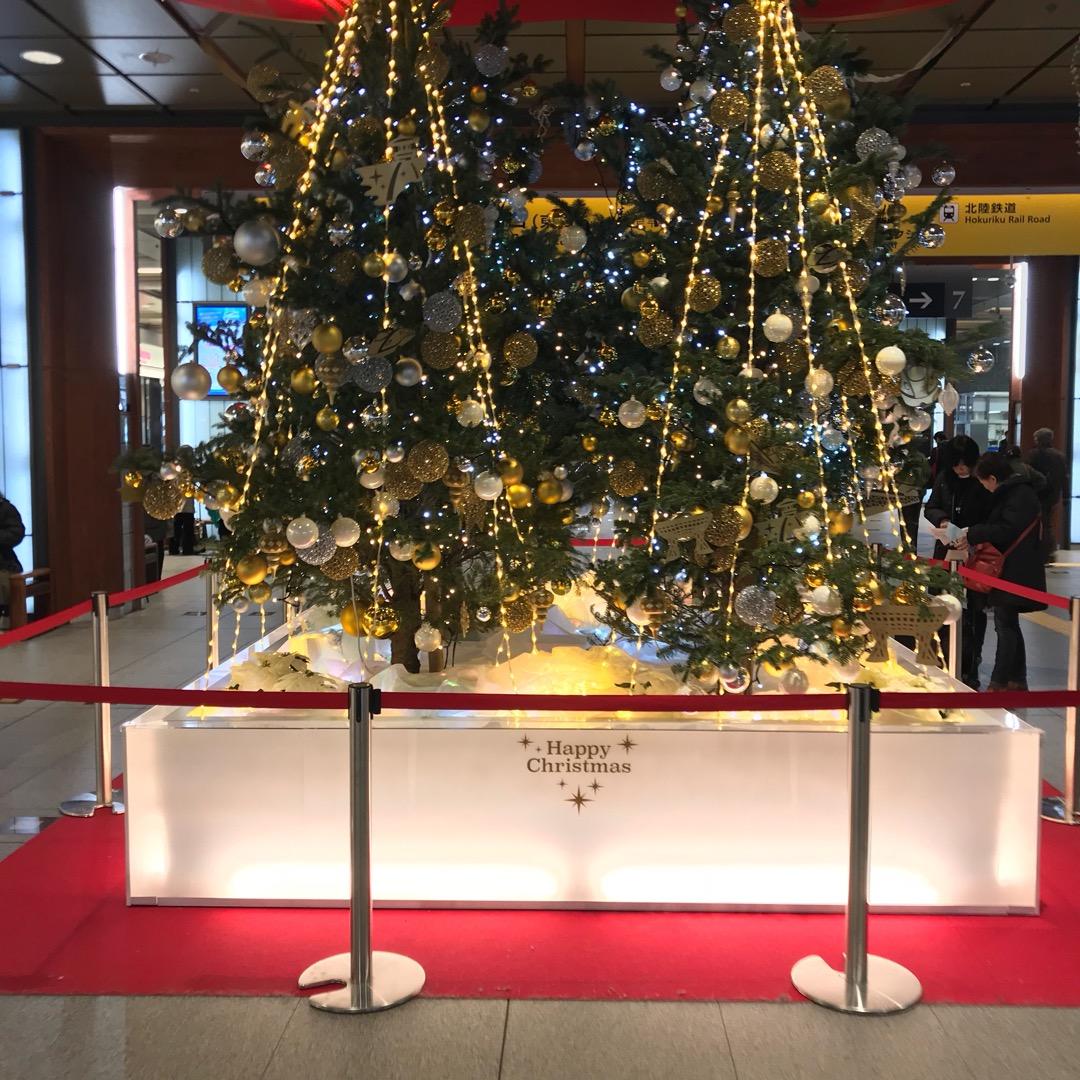 金沢駅構内のツリー。 キラキラな飾りが観光名所の型をしています。 ...