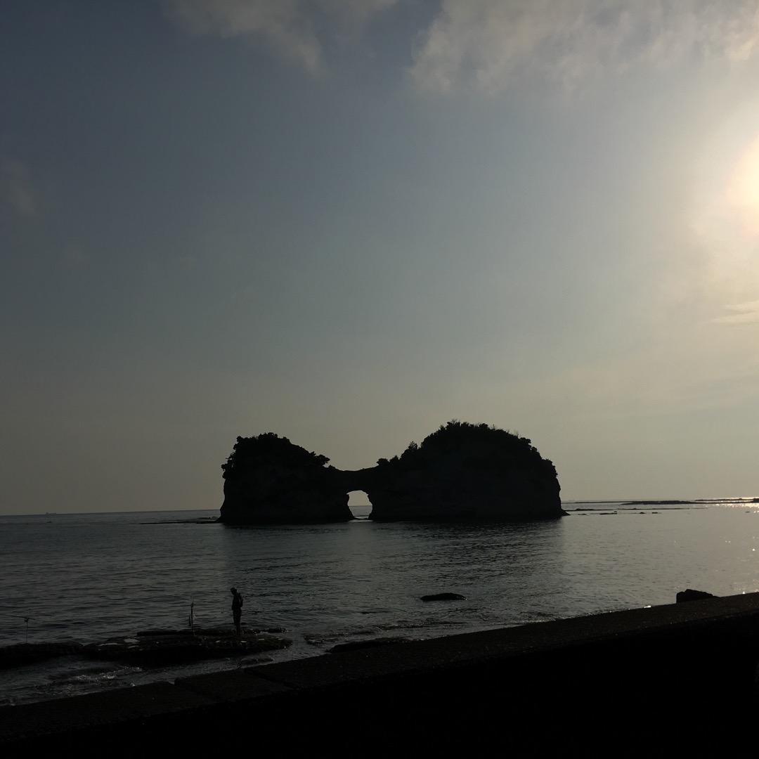 夕暮れ時の円月島と釣り人 円月島は正式には高島って言うらしい ドラ...