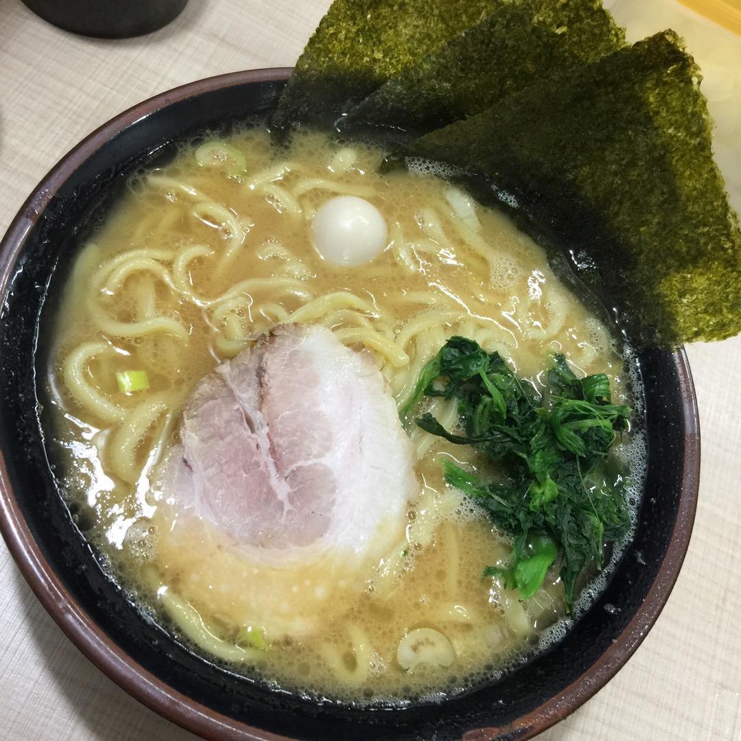 ラーメン680円也。家系の豚骨醤油のスープが美味しい!太めな麺がま...