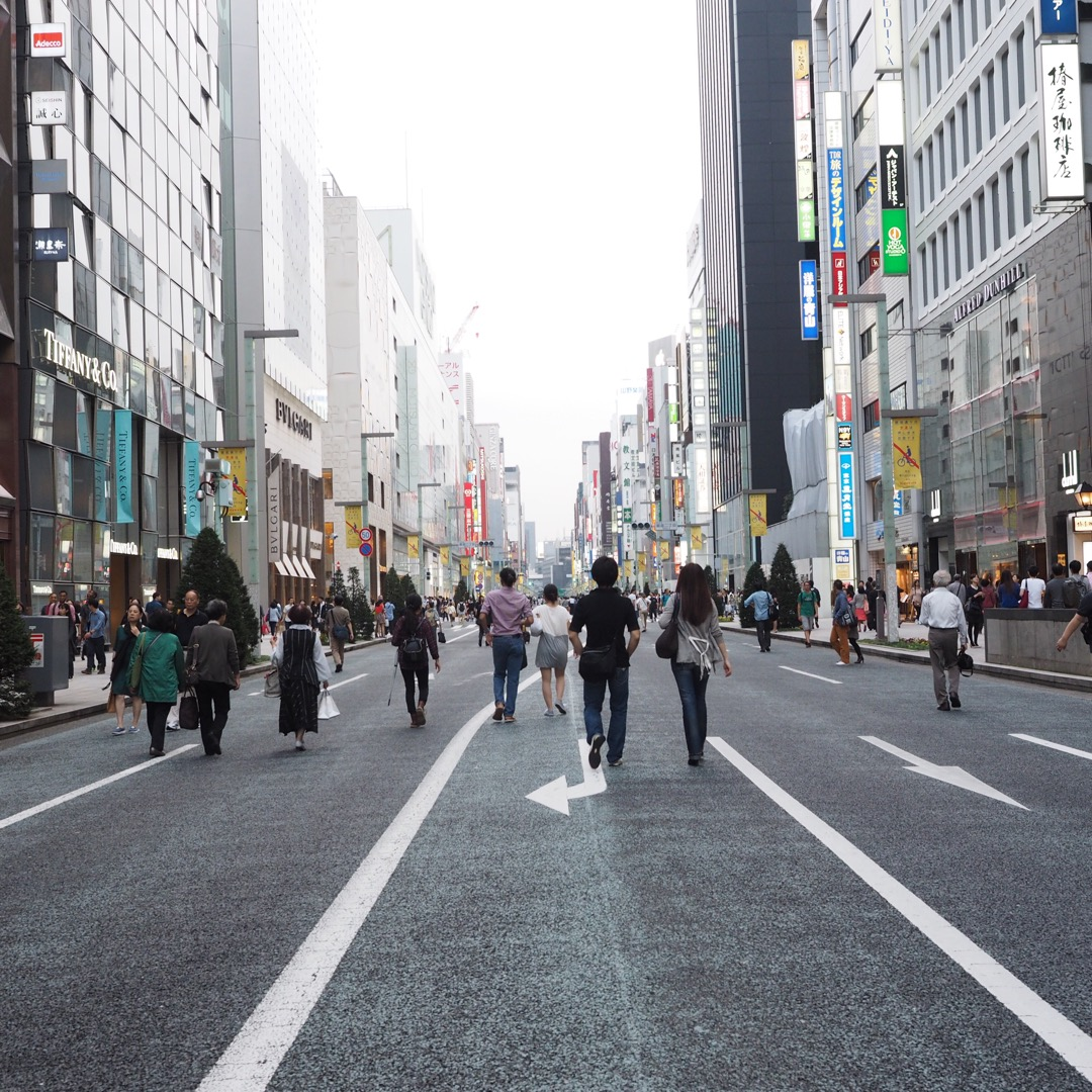 週末の銀座のメインストリートは歩行者天国。 ブランド店、百貨店など...