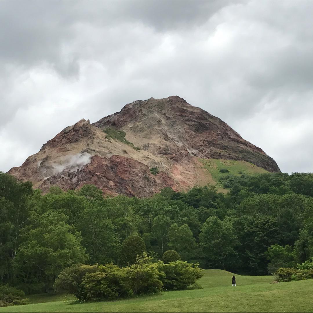 北海道壮瞥町にある昭和新山です。その名の通り昭和に有珠山の火山活動...