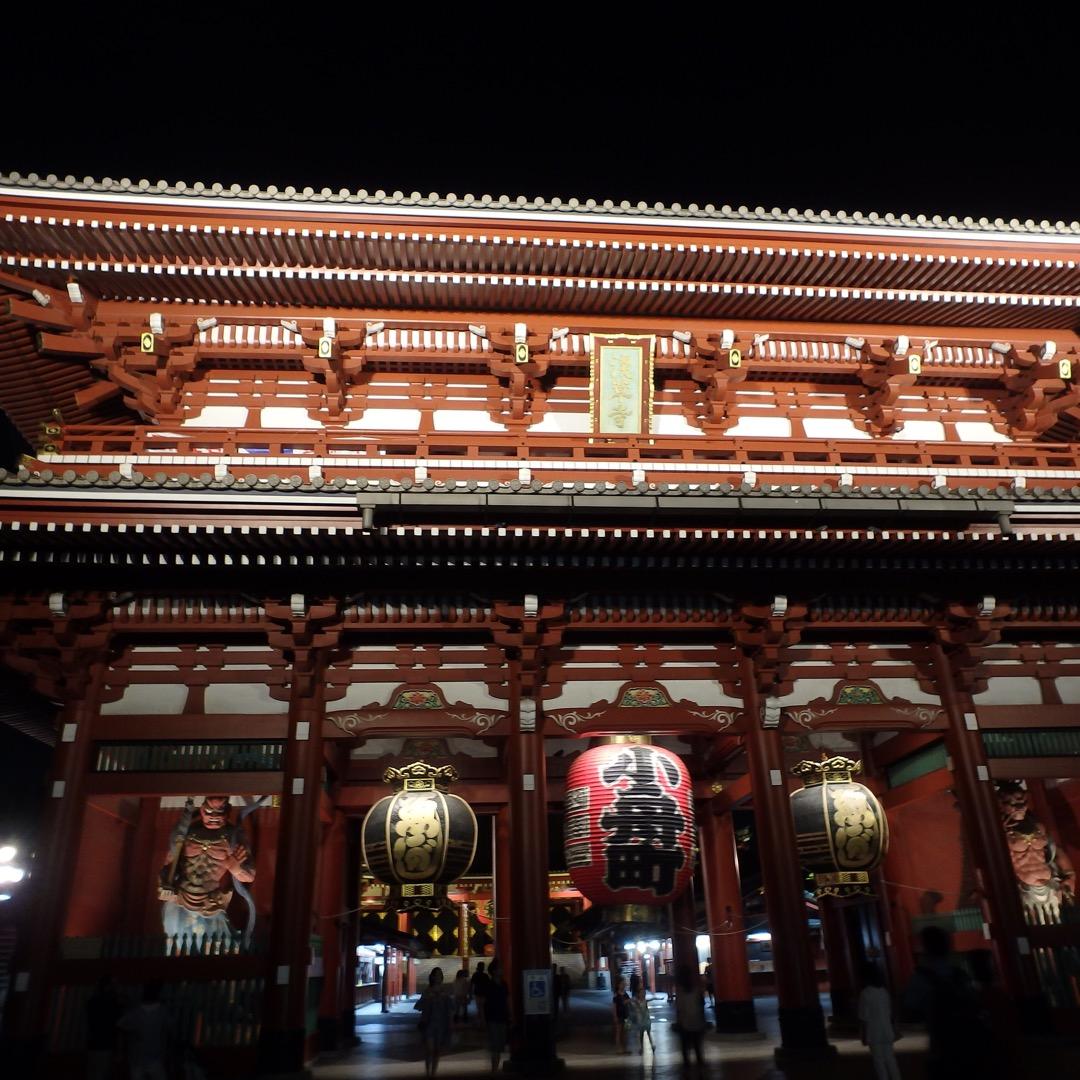 浅草寺のライトアップ😃  昼とは違った雰囲気✨  夜も観光客で賑わ...