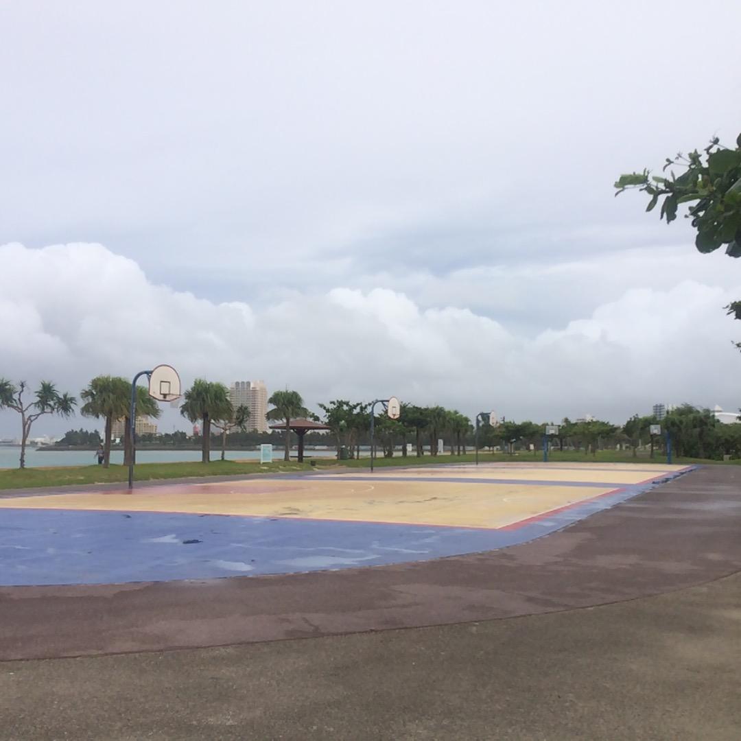 フリーでバスケするならここ!アラハビーチの一画にバスケのコートがあ...